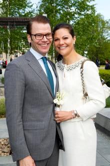 """14. Februar 2019  Zehn Jahre ist es heute her, dass Prinz Daniel Prinzessin Victoria (hier auf einem Bild aus dem Jahr 2011) einen romantischen Heiratsantrag macht. Im schneebedeckten Schlosspark von Drottningholm hält er am Valentinstag 2009 um die Hand der schwedischen Kronprinzessin an. """"Es war ein schöner, sonniger Tag. Das Eis knarrte so herrlich, wie es das manchmal auf Drottningholmtut"""", beschreibt Prinz Danielden Tag der Verlobung später.""""Es war eine fantastische Stimmung, ein wenig nervös war ich natürlich."""""""