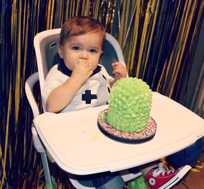 Die Torte sieht aber nicht nur cool aus, sondern scheint auch gut zu schmecken. Beckett lässt sie sich in seinem Hochstuhl schmecken und darf sie nach Herzenslust mit den Fingern essen.