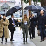 Sie ist und bleibt eine Diva: Auf ihrem Weg in die Kimmel Studios in Hollywood wird Jennifer Lopez von einer Entourage begleitet, die ihr nicht nur einen, sondern gleich drei Regenschirme bereit hält. Während sich ihre fleißigen Assistenten um ihr Wohlergehen kümmern, lässt JLO lässig eine Hand in der Hosentasche.