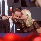 Prinzessin Mette-Marit drückt ihrem Prinz Haakon einen zärtlichen Kuss auf die Wange.