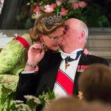 Königin Sonja und König Harald gehen zusammen durch dick und dünn. Als der damalige Kronprinz von Norwegen die bürgerliche Sonja Haraldsen Ende der 50er-Jahre kennenlernt, muss er neun Jahre auf die Zustimmung seines Vaters zur Hochzeit warten.