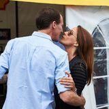 Prinz Joachim von Dänemark bekommt ein Küsschen von seiner Frau Prinzessin Marie.