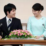 Prinzessin Mako wirft ihrem frisch VerlobtenKei Komuro schüchtern verliebte Blicke zu.