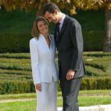 Denn diesen Look trägt Letizia am Tage der Verkündung ihrer Verlobung mit König Felipe am 6. November 2003. Damals heißt die Bürgerliche übrigens nochLetizia Ortiz Rocasolano. Der weiße Hosenanzug von Armani passt der mittlerweile 46-Jährigen immer noch hervorragend!