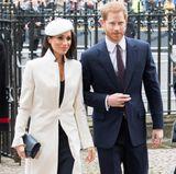 Bereits im März 2018 trägt sie den rund 1.000 Euro teuren Mantel, als sie gemeinsam mit Prinz Harry den Commonwealth Tag feiert. Damals kann Herzogin Meghan das taillierte Kleidungsstück noch ganz einfach schließen – mittlerweile ist der Babybauch einfach zu groß. Auch zu diesem Anlass stimmt sie ihre Accessoires farblich aufeinander ab und wählt ein dunkles Blau.