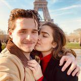 """""""Ich und mein Mädchen. Glücklichster Mann auf der Welt. Liebe dich Baby"""", schreibt Brooklyn Beckham verknallt. In Paris(wo denn bitte auch sonst?) entsteht das süße Foto mit seiner FreundinHana Cross."""