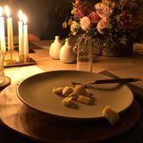 Wir werden Zeuge der letzten Überbleibsel eines romantischen Essens: Cash Warren, glücklicher Ehemann der schönenJessica Alba, hat für das ungewöhnliche Beweisfoto gesorgt.