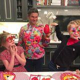 """Schauspieler Neil Patrick Harris teilt ein süßes Foto seines bunten Familienglücks und findet dazu süße Worte: """"Diesen drei Menschen gehört mein Herz."""""""