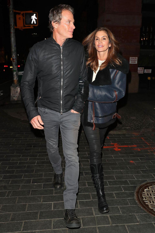 Das Lässige hat Kaiamit Sicherheit von Mama Cindy Crawford, die es bezüglich Dates mit ihrem Mann Rande Gerber ebenso entspannt angeht,die beiden haben sich für den Valentinstag auf einen dezenten Leder-Look geeinigt.