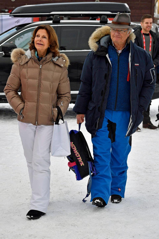 10. Februar 2019  Mit Skihosen und Rucksack bewaffnet schlendern Königin Silvia und König Carl Gustaf durch das schwedischeÅre. Das Königspaar ist seit einigen Tagen zu Gast bei derAlpinen Skiweltmeisterschaft und feuert die schwedischen Athleten aus direkter Nähe an.
