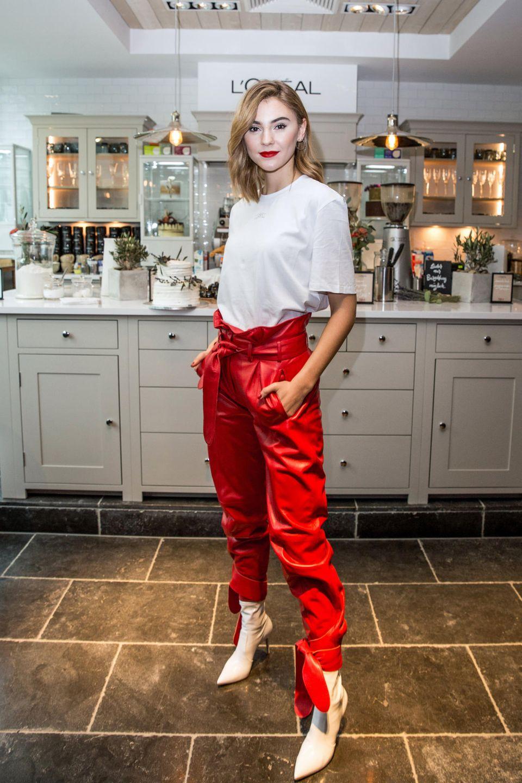 """Mit sündhaft roten Lippen und einer feuerroten Lederhose ist Stefanie Giesinger der Hingucker bei der Eröffnung des """"Worth it! Cafés"""" von L'Oréal Paris auf der Berlinale. Das It-Piece mit einem hohen Bund streckt die Beine in Kombination mit den Stiefeletten optisch und zauberteine tolle Figur – und das spricht sich auch bis Hollywood herum ..."""