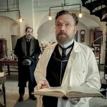 Klinikdirektor Spinola versucht Robert Koch davon zu überzeugen, am Kaiserempfang mitzuwirken