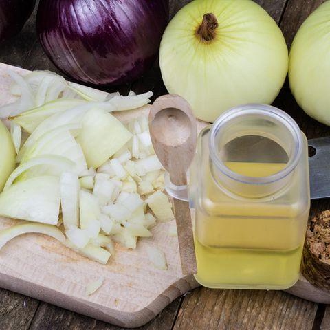 Hausmittel gegen Husten: Zwiebelsirup ist ein hilfreicher Begleiter in der Erkältungszeit