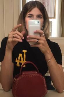 """Weil sich Veronika Heilbrunner auf diesem Spiegelselfie hinter dem Handy versteckt, sticht ihre coole Tasche noch mehr ins Auge. Die """"Guirlande de Cartier"""" kommt in verschiedenen Größen und Farben und ist deswegen auch bei anderen Fashionistas sehr beliebt..."""