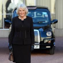 """14. Februar 2019  Mit dem Taxi durch London fahren, das hat Herzogin Camilla seit fast 15 Jahren nicht mehr gemacht. Denn mit der Hochzeit mit Prinz Charles musste sich die Herzogin von Cornwall nicht mehr selbst um ihre Fahrten zu Terminen kümmern, bekommt seitdem Autos und Chauffeure des Palastes zur Verfügung gestellt. Obwohl das sicher noch komfortabler ist, als sich ins Taxi zu setzen, vermisst Camilla diese Art des Fahrens, wie sie beim Empfang der Organisation""""London Taxi Driver's Charity for Children"""" verrät. """"Das Wunderbare an Taxifahrern ist, dass sie genau sagen, was in der Welt passiert. Es gibt nichts, was sie nicht von einem von ihnen erfahren können"""", erinnert sich Camilla zurück. Ihr Highlight des royalen Termins: Sie durfte auf der Rückbank eines typisch britischen Taxis zum Termin fahren - und dabei sicher in einigen Erinnerungen schwelgen."""