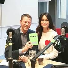 Huch, das ist aber nicht Prinz Carl Philip mit dem Prinzessin Sofia am Valentinstag für die Kameras posiert. In einem cremefarbenen Pullover mit Herz auf der Brust strahlt die schöne Schwedin uns entgegen.