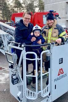 15. Februar 2019   Zusammen mit Papa und einem der Feuerwehrleute der Station hat Prinz Oscar dann auch die Drehleiter ausprobieren können.