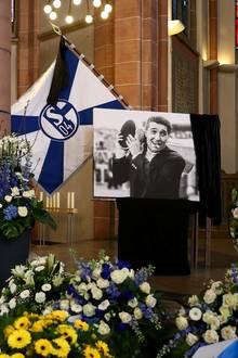 Sophia Thomalla, Simone Thomalla, Rudi Völler und Co.: Die Propsteikirche St. Urbanus in Gelsenkirchen, in der die Gedenkfeier für Rudi Assauer stattfindet, ist mit Blumenkränzen, Vereinsflagge und einem Bild der Schalke-Legende geschmückt.