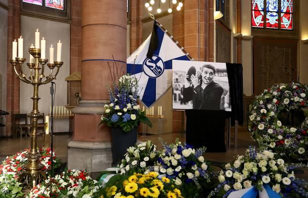 Rudi Assauer (†): Die Propsteikirche St. Urbanus in Gelsenkirchen, in der die Gedenkfeier für Rudi Assauer stattfindet, ist mit Blumenkränzen, Vereinsflagge und einem Bild der Schalke-Legende geschmückt.