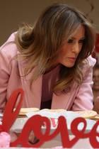 """14. Februar 2019  Valentinstags-Date der besonderen Art: Melania Trump besucht am Donnerstag die Organisation """"The Children's Inn"""" und verbringt den Tag imNational Institutes of Health (NIH) in Bethesda, Maryland. Dabei begegnet ihr unter anderem der neunjährige Josue, der seine Konzentration ganz offensichtlich nicht auf die First Lady, sondern auf die vielen Süßigkeiten auf dem Tisch richtet."""