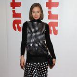 Im seidigen Karo-Style präsentiert sich Alina Levshin bei der Berlinale-Party von Arte.