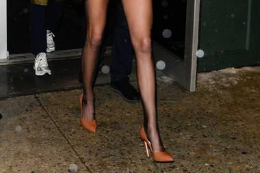 Endlos lang scheinen die schmalen Beinchendieses Models zu sein. In Pumps und einem Blazer, den die 23-Jährige kurzerhand zum Mini-Dress umfunktioniert hat, werden siezusätzlich betont ...