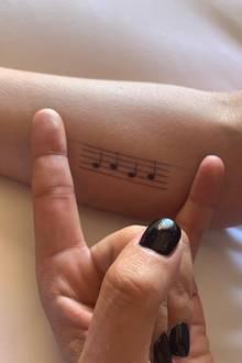 Das Noten-Tattoo macht Sinn, schließlich ist Lada Gaga Musikerin. Doch damit nicht genug, die Sängerin hat sich ein Weiters stechen lassen ...