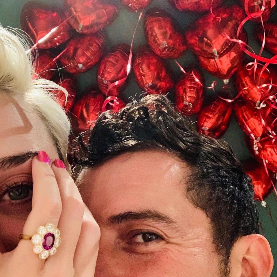 """Was für ein Klunker! Mit diesem """"bloomigen"""" Diamant- und Rubin-Ring, hat Orlando Bloom seiner Freundin Katy Perry passenderweise am Valentinstag einen Antrag gemacht."""
