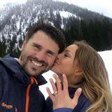 Da ist er, der goldene Verlobungsring, den Moderator Thore Schölermann seiner Jana Julie im Skiurlaub in Norwegen an den Finger gesteckt hat. Noch ohne Stein, den wollte er einige Wochen später beim gemeinsamen Afrika-Urlaub dann selbst ausgraben.