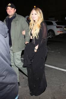 """Avrils auf den ersten Blick eher skurriler Date-Look ist ihrem Auftritt in der """"The Tonight Show"""" geschuldet, den sie kurz vorher absolvierte."""