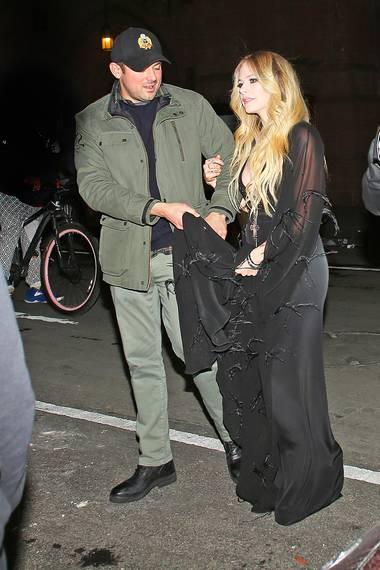 """Es ist ein seltener Auftritt als Paar: Sängerin Avril Lavinge und ihr Freund, der MilliardärPhillip Sarofim, unterwegs in New York. Nach einer krankheitsbedingten Pause veröffentlicht Lavigne jetzt ihr neues Album """"Head Above Water"""". Sowohl privat als auch beruflich scheint es für den kanadischen Star wieder bergauf zu gehen."""