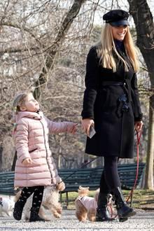 Mamma mia!Michelle Hunziker könnte im schwarzen Lässig-Look samt Boots und Schiebermütze beim Spaziergangdurch einen Mailänder Park mit ihren Süßen Sole und Celeste glatt zur stylischsten Mutter Italiens gekürt werden.