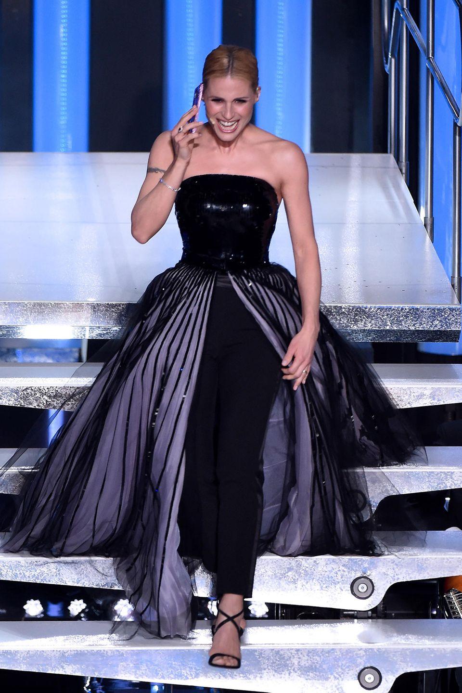 Wow! Dieser Look, den Michelle Hunziker auf der Bühne des Sanremo-Festivals präsentiert ist wirklich oscarreif. Und der Rock ist sogar abnehmbar, so dass aus dem Glamour-Look ein stylischer Party-Jumpsuit wird.