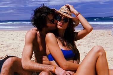 Was braucht man mehr als verliebte Küsse vor einer Traumkulisse? Alessandra Ambrosio und Nicolo Oddi anscheinend nichts anderes, und mit diesem Bild wünscht das Topmodel ihren Instagram-Fans einen fröhlichen Valentinstag.