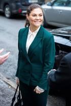 Gewohnt gut gelaunt erscheint Prinzessin Victoria zu einem royalen Termin in Stockholm. Ihr dunkelgrüner Hosenanzug ist ohne Frage ein Blickfang, wir können allerdings unsere Augen nicht von ihrer Frisur lassen ...