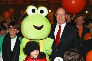 15. Februar 2019  Am Internationalen Kinderkrebstag zeigt auchAlbert, dass er sich bezüglichpädiatrischen Erkrankungen engagiert. Zusammen mit Kindern, Helfern und einem großen, grünen Maskottchen startet der Fürstvom Palast aus einen symbolischen Marsch.