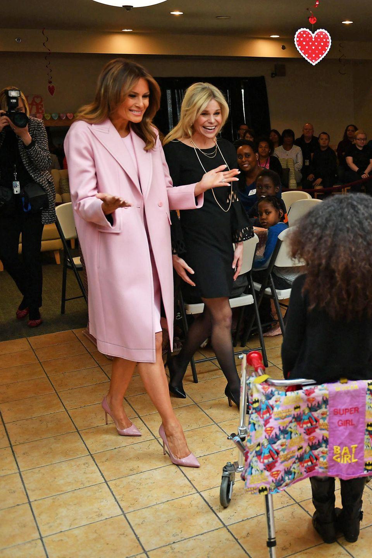 Den Valentinstag feiert Melania Trump nicht mit Donald, sondern in einem Kinderkrankenhaus in Maryland. Im passenden Look versteht sich.