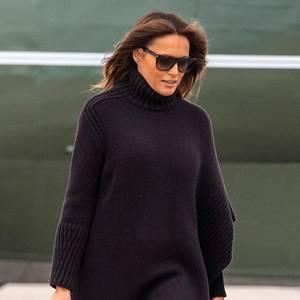 Dafür passt dieBirkin Bag, die mit einem Einstiegspreis von ca. 5000 Euro und jahrelanger Wartezeit als teuerste Handtasche der Welt gilt,farblich jedoch perfekt zum dunklen Strick-Style der First Lady. Von den berühmtenHermès-Taschen hat sie übrigens einige im Kleiderschrank, die sind mit sehr hohem Wiederverkaufswertschließlich immer eine gute Investition.