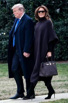 Schick in Strick: Melania Trump lächelt gut gelaunt den Fotografen zu, dabei ist ihr dunkelbrauner Woll-Look farblich eher düster undunauffällig.