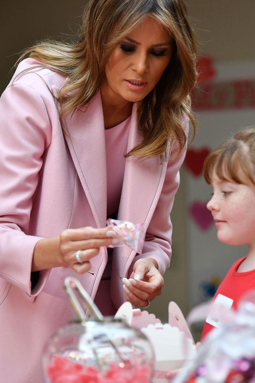 Im rosafarbenen Mantel mit passendemKleid und High Heels sieht die Präsidentengattin nämlich so richtig zuckersüß aus.