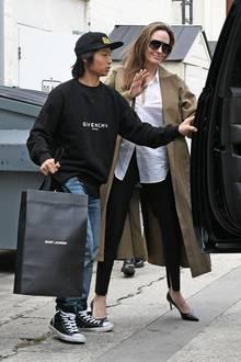 Angelina Jolie scheint ihre Kinder so richtig zu verwöhnen. Mit Sohn Pax (im Marken-Sweater)ist sie in ihrem ganz typischen Style mit Trenchcoat, weißem Hemd und schwarzer Hose auf Luxus-Shopping-Tour in Beverly Hills unterwegs.