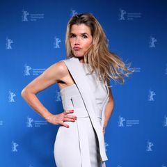 Schwungvoll zeigt sich Moderatorin Anke Engelke im hellgrauen, futuristischen Glamour-Look.
