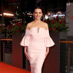Jurypräsidentin Juliette Binoche hat sich für die Verleihung des Goldenen Bären einen ganz besonderen Red-Carpet-Look ausgesucht. Das roséfarbene Traumkleid stammt von Balmain Couture.