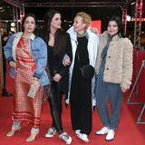 """Die """"Bandits""""-Stars Nicolette Krebitz, Regisseurin Katja von Garnier, Katja Riemann und Jasmin Tabatabai treffen sich zum Screening des Kultfilm auf dem roten Teppich wieder, allesamt warm eingepackt gegen die Berliner Kälte."""