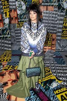 Lily Allen ist zugegebenermaßen bekannt für ihre durchausskurrilen Looks. Mit diesem gebatikten Horror-Look übertreibt sie es allerdings ein wenig, finden Sie nicht auch?
