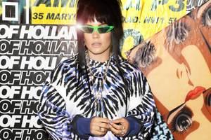 Erkennen Sie auf Anhieb, welche britische Sängerin hier im Rahmen der London Fashion Week für die Fotografen posiert? Wir mussten zweimal hinschauen, vor allem weil uns der Anblick dieses eher fraglichen Outfits zu sehr abgelenkt hat ...