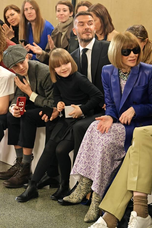Ganz begeistert beobachtet Harper Beckham die Fashion-Show von Mama Victoria, und ganz in Schwarz mit Rollkragenpullover, Rock und Boots sieht sie dabei selbst ziemlich stylisch aus. Und wo die beiden hier in der Front Row so schön zusammensitzen,könnte man meinen, dass sich Harper für ihrentollenneuenBob-Haarschnitt mit Pony von Vogue-Chefin Anna Wintour hat inspirieren lassen.