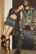 Dieser Partnerlook ist wirklich zum Verstecken!Bella Hadid und ihr Freund The Weeknd feiern seinen 29. Geburtstag im Camouflage-Style. Wie übrigens auch alle anderen Gäste seiner Motto-Party.