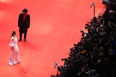 Schon wieder vorbei? Ein letztes Mal läuft die diesjährige Jurypräsidentin Juliette Binoche mit Festivaldirektor Dieter Kosslick über den roten Teppich der Berlinal 2019.