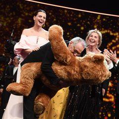 Kuschelstunde mit Kosslick: Der Festivaldirektor freut sich über sein übergroßes Maskottchen, und Juliette Binoche, Trudie Styler und Co. amüsieren sich dabei köstlich.